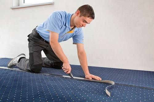 Überstände des Teppichs entfernen